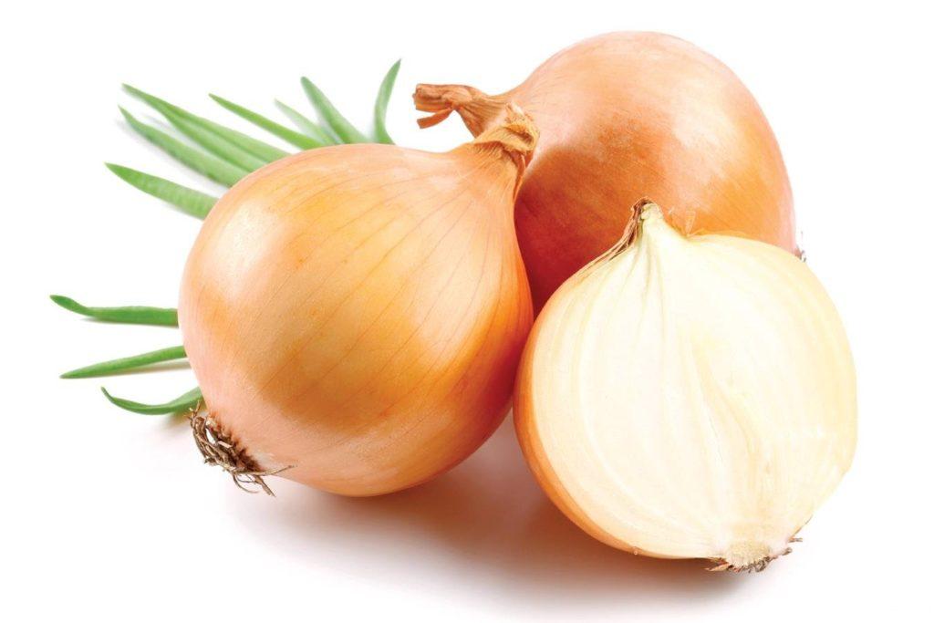 Часто в борьбе с герпесом у взрослых используют всем известный овощ лук